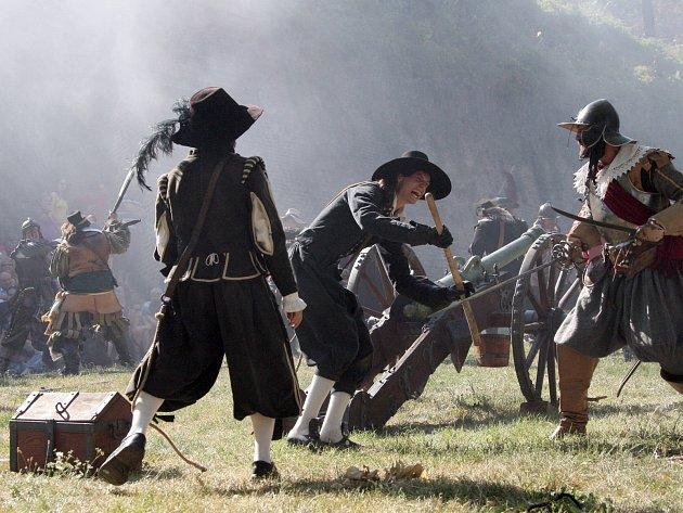 Švédové boj pod Špilberkem vzdali i tuto sobotu. Den Brna, který začal v pátek a končí v neděli, lidem už podevatenácté nabídl komponovanou ukázku boje mezi Brňany a Švédy o Špilberk z roku 1645.