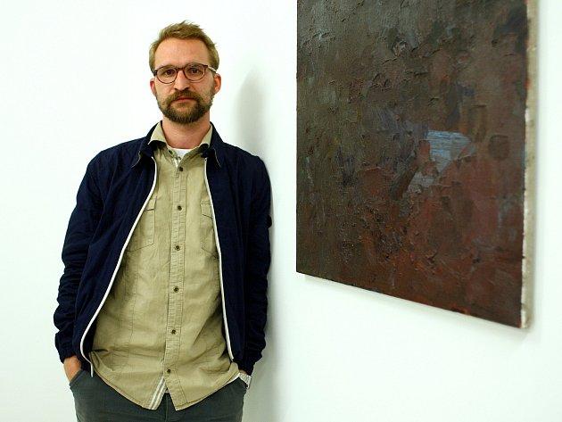 Umělec Radim Langer představí v Brně cyklus obrazů na výstavě s názvem Údolí much.
