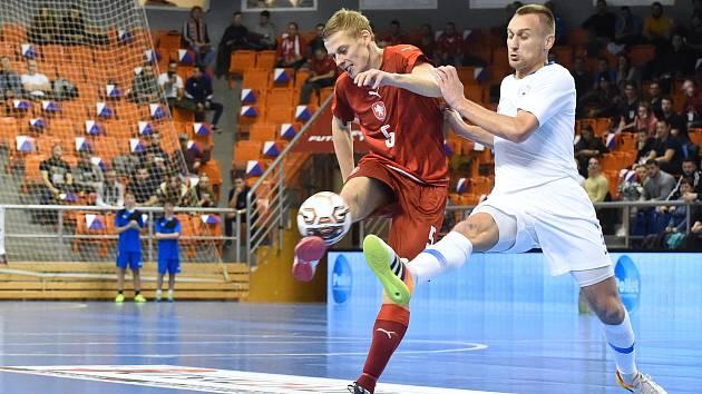 Brno 2.2.2020 - kvalifikační turnaj na futsalové MS 2020 - ČR Pavel Drozd (červená) Slovinsko Rok Mordej (bílá)