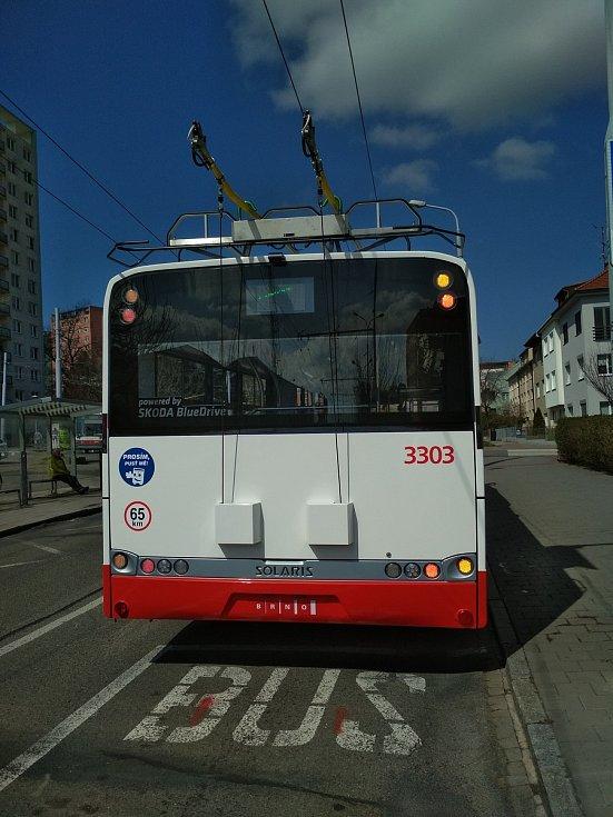 Parciální brněnský trolejbus, který ujede několik desítek kilometrů na baterii bez trolejí.