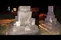 Zatím neznámý vandal odpálil pyrotechniku na vápencovém pomníku obětem první světové války v Žebětíně.