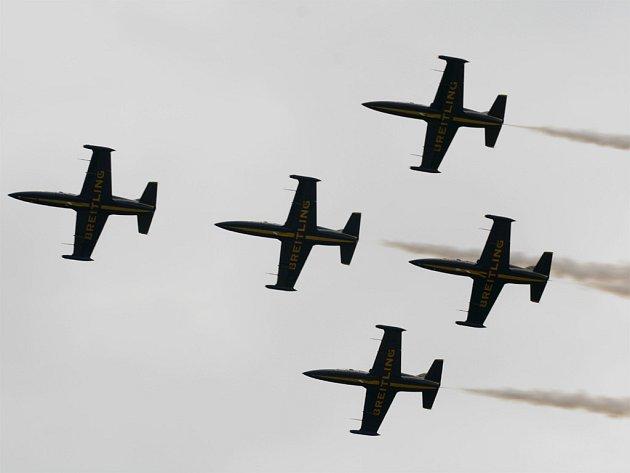Francouzská akrobatická skupina Breitling Jet Team oslnila diváky leteckého festivalu CIAF 2007