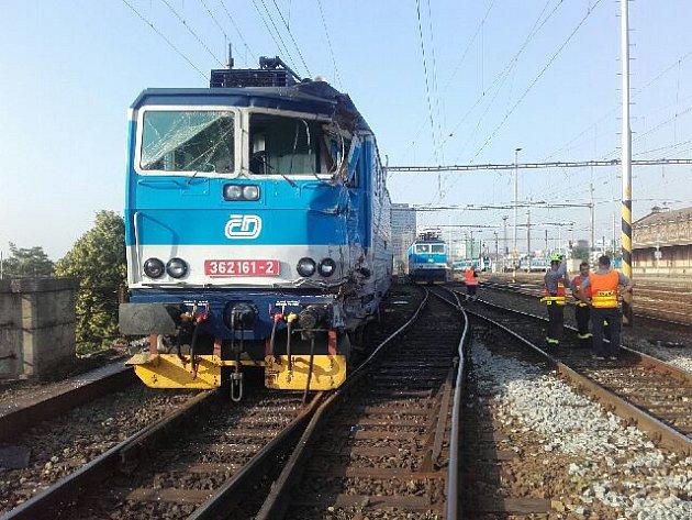Nehoda vlaku bez cestujících slokomotivou na brněnském hlavním nádraží.