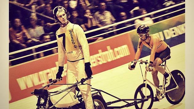 Na večerní závod motorových vodičů (na snímku nizozemská dvojice Patrick Kos a Jan-Willem Fack) čekal naplněný berlínský velodrom.