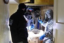 Policisté a hasiči našli v bytě a ve sklepě v Šámalově ulici v Brně větší množství nebezpečných chemikálií a výbušných látek. Ty museli zlikvidovat při řízených odpalech za Brnem.