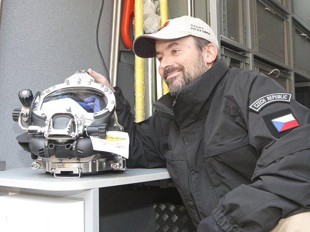 Členové Odboru speciálních potápěčských činností a výcviku převzali tři nová plně vybavená auta s moderní technikou.