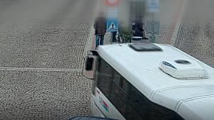 Při couvání narazila dodávka v Pohořelicích do autobusu