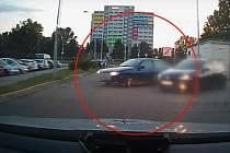 Za volantem modrého peugeotu a bez řidičského průkazu se před pár dny uháněl zdrogovaný muž ulicemi Brna. Několikrát trestaného šoféra spatřili policisté v Černovické ulici.