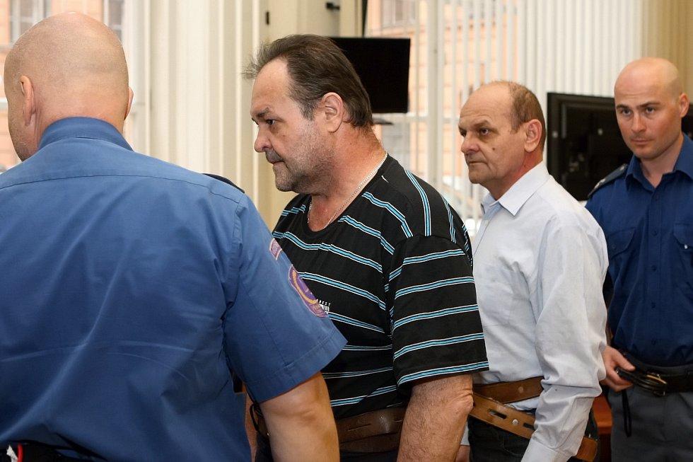 JOSEF DUBSKÝ starší (v tmavém tričku), který plánoval únosy dívek.