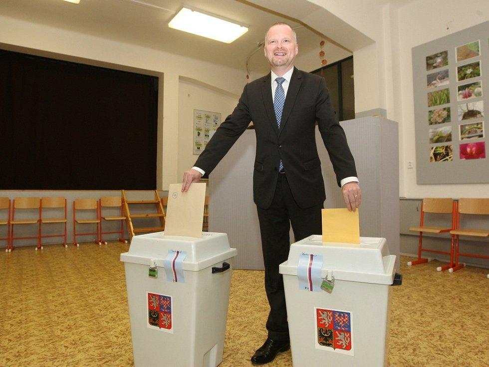 """Předseda Občanské demokratické strany Petr Fiala volil v městské části Brno-sever. """"Spokojený bude jedině s volebním vítězstvím své strany. Všechno ostatní jsou pro mě jen více, či méně přijatelné varianty,"""" uvedl Fiala."""