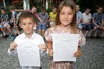 Školní rok končí a s ním si svá první vysvědčení přebírají všichni prvňáčci. Třeba i ti ze Základní školy Kamínky v brněnském Novém Lískovci. Samé jedničky si odnesla třeba Anna Antonová (vpravo) a Adam Bedroš (vlevo).