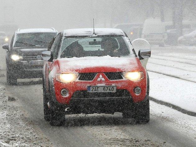 V pondělí komplikoval sníh především dopravu.