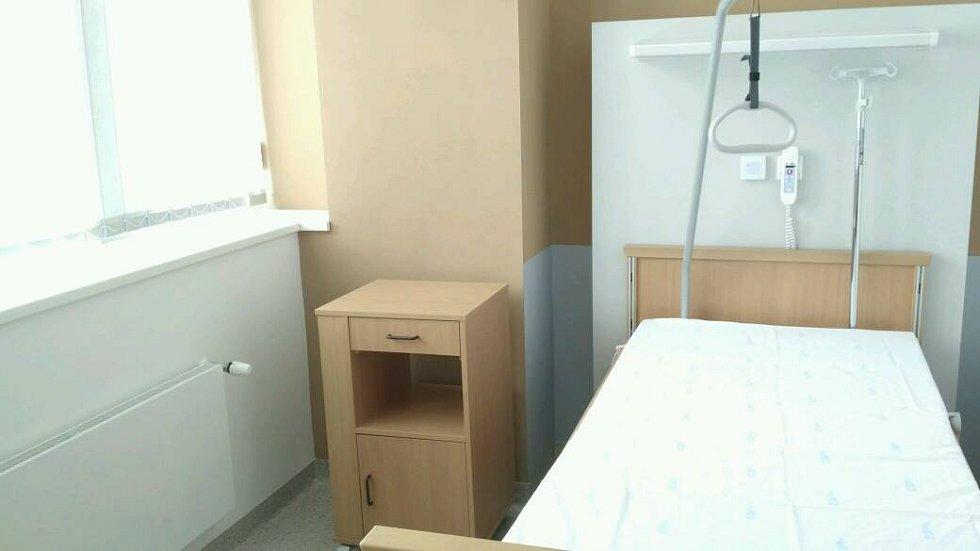 Ve čtvrtek představilo vedení Fakultní nemocnice Brno nově zrekonstruovanou část chirurgického oddělení, díky níž se počet intenzivních lůžek zdvojnásobil. Opravu podstoupilo také popáleninové centrum bohunické nemocnice, kde navíc přibyly dva nové sály.