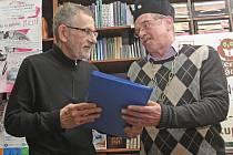 Miloš Štedroň podepisuje svou knihu čtenářům.