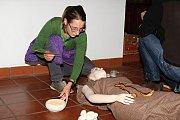 Lidé mleli obilí jako v pravěku. Na Špilberku slavili den archeologie. Děti si zkusily také hledat kovy.