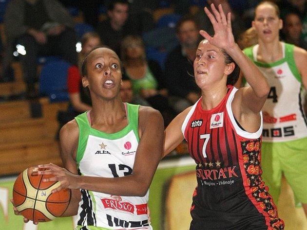 Basketbalistka Abdiová (v zeleném).