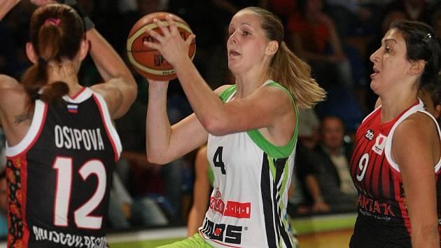 Basketbalistka Imos Brno Alena Hanušová (v zeleném).