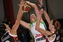 Basketbalistka Frisco Brno Hanušová (v zeleném).