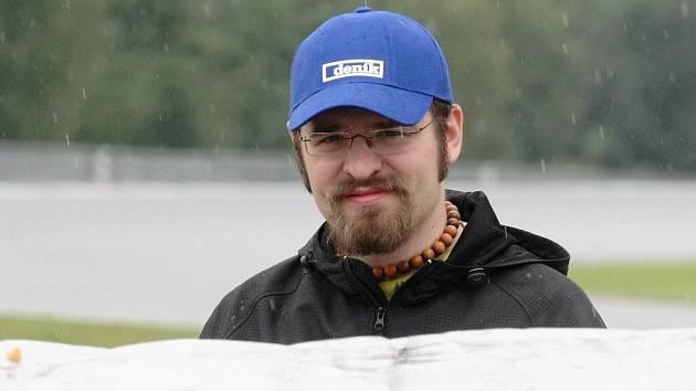 Redaktor Deníku Rovnost Tomáš Valaškovčák si každý den vyzkouší jednu práci, která je nutná k bezproblémovému fungování podniku na brněnské trati.