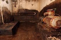 Chataři se bojí, že vzplanou hektolitry paliva, které ukrývají trosky bývalé ubytovny na Brněnské přehradě. Dovnitř může kdokoli.