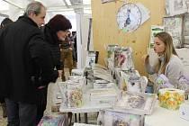 V brněnské tržnici na Zelném trhu lidé o víkendu nakupovali vánoční dárky na festivalu.