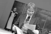 Sluha Theodor. Hlavní roli hraje Bedřich Výtisk, herec souboru Mahenovy činohry.