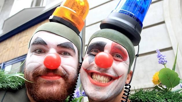 Alegorický průvod herců v maskách, včetně klaunů a postav z nejznámějších inscenací, prošel v úterý odpoledne Jakubským náměstím. Svou divadelní sezonu zde před hloučky přihlížejících Brňanů zahájilo Divadlo Bolka Polívky.