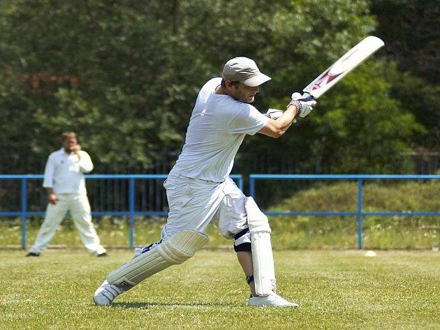 Na snímku odpaluje Tomáš Kelar, s dvaadvaceti body nejlepší batsman domácích.