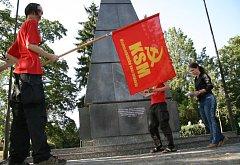Mladí komunisti demonstrují za zachování srpu a kladiva na památníku
