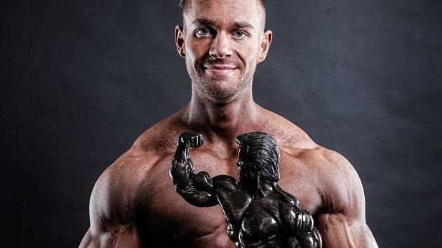 Kulturista Dominik Kopečný získal nejcennější trofej Mezinárodní amatérské federace kulturistiky NABBA, když vyhrál závod Mr. Universe v anglickém Bradfordu.