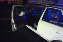 Opilý muž v Bohunické ulici v Brně rozbíjel truhlíky s květinami a snažil se poškodit i přístřešek na zastávce. Pak si sedl do cizího auta.