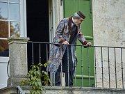 Filmaři na jižní Moravě natáčeli snímek Hodinářův učeň. Kulisy mu propůjčily třeba znojemské Uherčice. Na snímku Viktor Preiss.