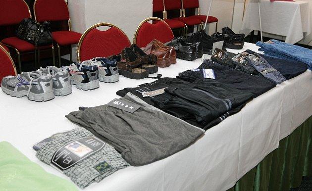 Zástupci dobrovolného sdružení Lions klub Brno Špilberk předali díky šestisettisícovému sponzorskému daru oblečení pro bezdomovce a sociálně slabé pracovníkům odboru sociální péče Magistrátu města Brna.