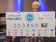 Ředitelka SOS Dětské vesničky Brno s šekem.