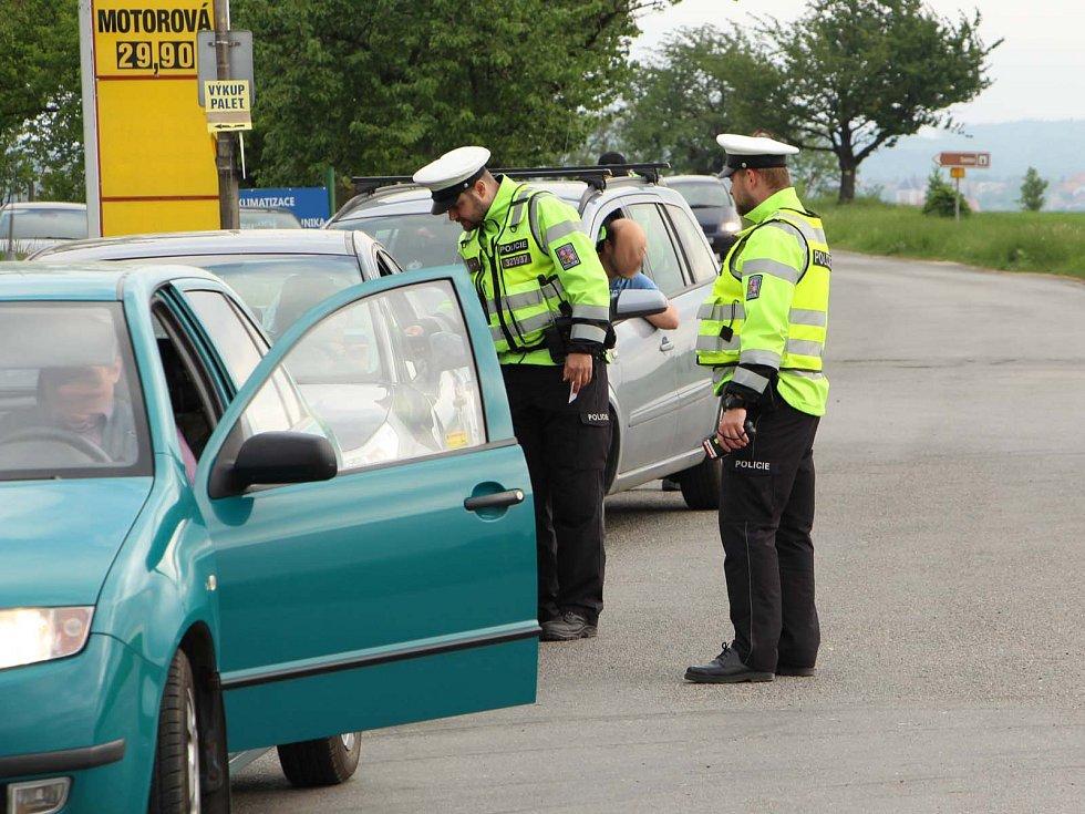 Sedmnáct řidičů přistihli pod vlivem alkoholu policisté, kteří v pátek brzy ráno kontrolovali krajské silnice. Na různých místech jižní Moravy hlídkovalo více než dvě stě policistů.