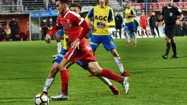 DEBUT V PRVNÍ LIZE. Útočník Martin Zikl (v červeném) odehrál třicet minut v domácím utkání s Teplicemi.