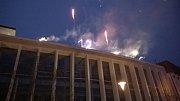 Ohňostroj na Zelňáku odpálený ze střechy budovy nové kryté tržnice.