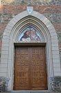 Dveře kostela ozdobili hlaholicí