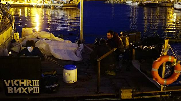 Brněnští mořeplavci, kteří se rozhodli přeplout Středozemní moře, měli potíže na Korsice. Úřady si mysleli, že tři dobrodruzi chtěli na lodi z PET lahví doplout z Elby do Alžírska, aby se tam připojili k džihádistům.