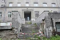 Bývalá léčebna dlouhodobě nemocných v lese poblíž Bílovic nad Svitavou tři roky poté, co ji Fakultní nemocnice Brno musela zavřít.