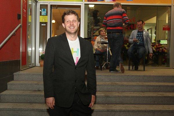 Matěj Hollan slaví výsledky ve volbách.