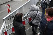 Před hlavním nádražím přibylo zábradlí. Chodci tak už nemohou k tramvajím přímo, musí podchodem nebo po přechodu u pošty.