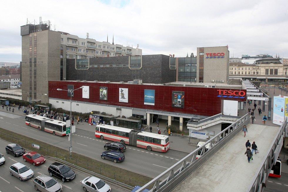 Obchodní dům Tesco u brněnského vlakového nádraží.