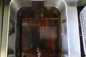 Přepálený olej našli inspektoři v brněnském bistru u hlavního nádraží.