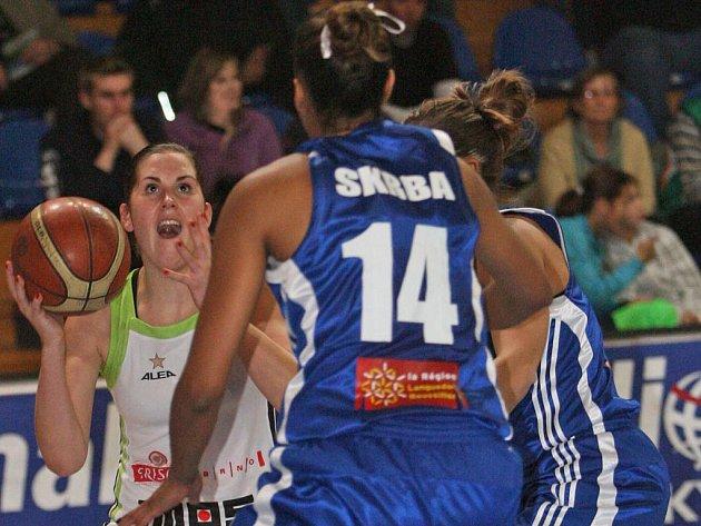 Basketbalistka Frisco Brno Romana Hejdová (s míčem).