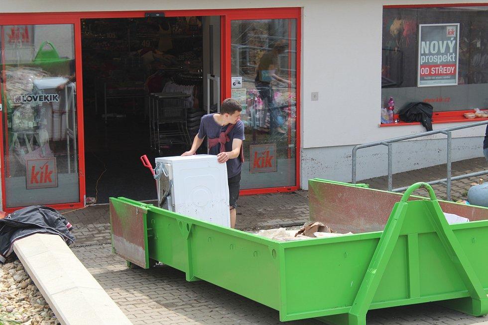 Noční bouřka vyplavila i jeden z obchodů v brněnské Bystrci. Následky odklízeli ještě odpoledne