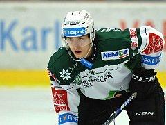 Obránce Tomáš Dujsík zažil s Karlovými Vary sestup z hokejové extraligy. Teď se vrací do Brna.