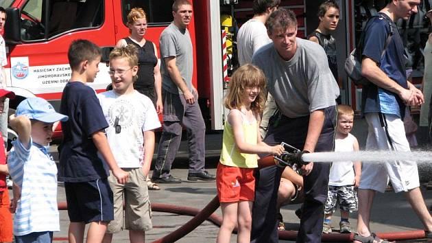 Děti si zkoušeli práci hasičů.