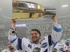 Útočník Martin Erat s pohárem pro vítěze play off extraligy.