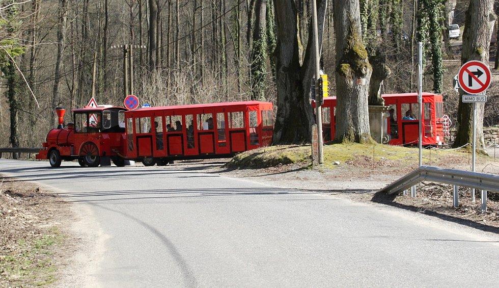 Z nového parkoviště návštěvníky hradu Pernštejn na Tišnovsku vyveze k oblíbenému hradu vláček. První víkend sezony jej využilo několik stovek návštěvníků.
